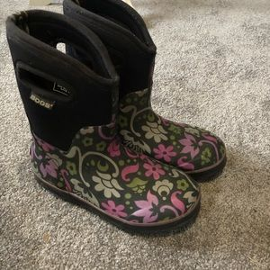 BOGS Rainboots Flowers on the bottom Black Top